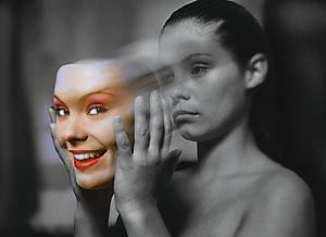 mulher sorrindo e chorando