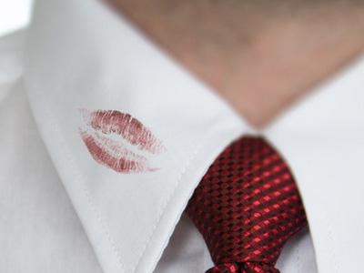 infidelidade-traicao-marca-de-batom-na-camisa
