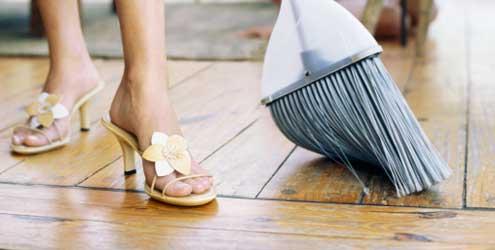 limpeza-estrategias-mulher-varrendo