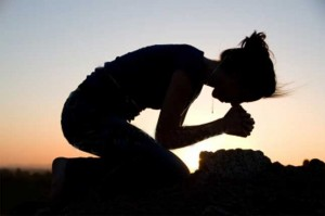 mulher rezando 2
